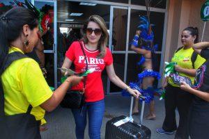 Com pocket show de boi-bumbá e campanhas de sensibilização, turistas são recepcionados em Parintins