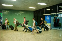 Governador anuncia monitoramento remoto de pessoas que chegam pelo Eduardo Gomes