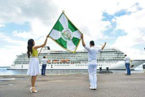 Com muito samba, 1,4 mil turistas desembarcam em Manaus para dar boas-vindas ao Ano Novo
